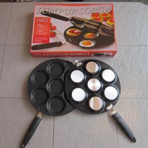 Loyang atau pan untuk membuat kue lumpur Lapisan atas terbuat dari bahan teflon anti lengket yang berkualitas (tidak mudah tergores) Loyang dapat dipisah menjadi 2 bagian Diameter loyang : 29cm panjang gagang 19cm diameter tiap lubang kecil 9cm tinggi tiap lubang 1.5cm